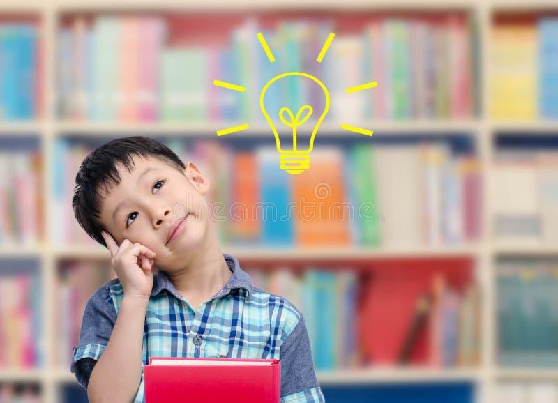 Chłopiec główkowanie w bibliotece fotografia royalty free