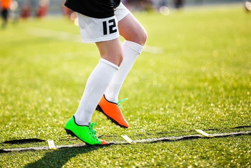 Chłopiec gracz futbolu na szkoleniu z drabiną Młody gracz piłki nożnej przy sesją szkoleniowa fotografia stock