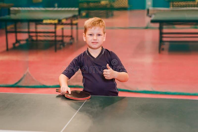 Chłopiec gracza w tenisa stołowi spojrzenia w kamerze zdjęcia royalty free