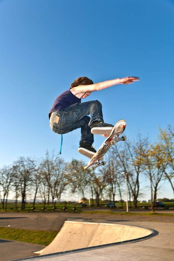 Chłopiec iść powietrzny z łyżwą zdjęcia royalty free