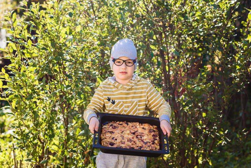 Chłopiec i duży jabłczany kulebiak zdjęcia stock