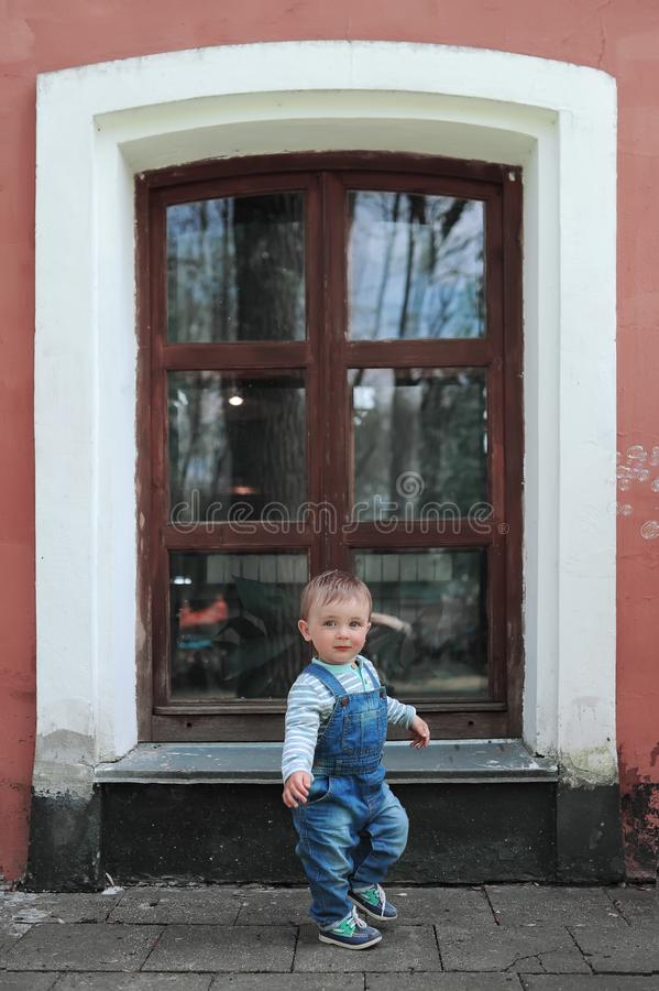 Chłopiec i duży okno w miasto parku obraz stock