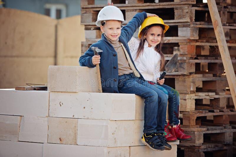 Chłopiec i dziewczyna bawić się na budowie obraz royalty free