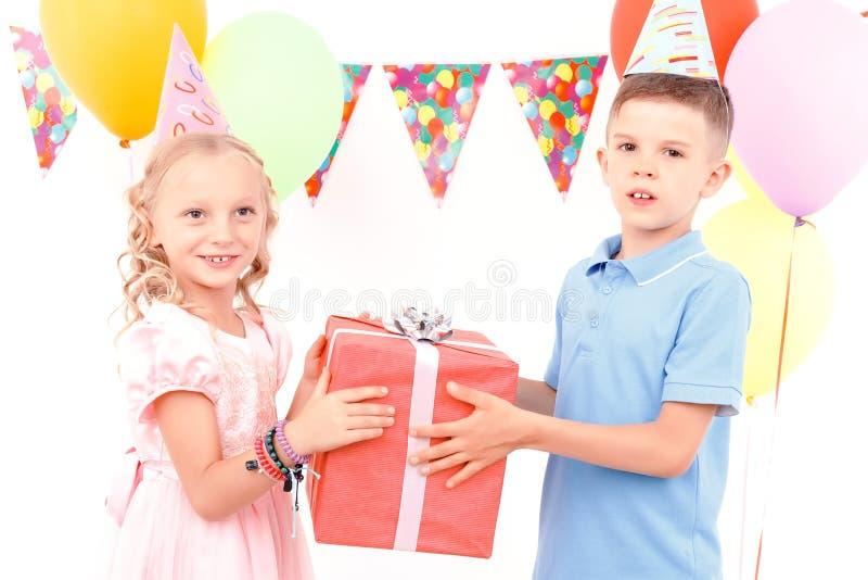 Download Chłopiec I Dziewczyna Daje Teraźniejszości Each Inny Obraz Stock - Obraz złożonej z kolorowy, leisure: 57667457