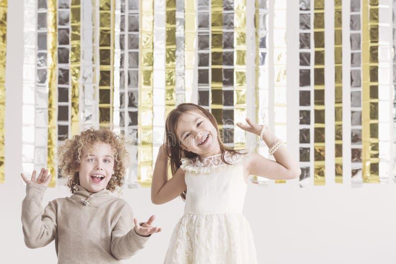 Chłopiec i dziewczyna ma zabawę fotografia stock