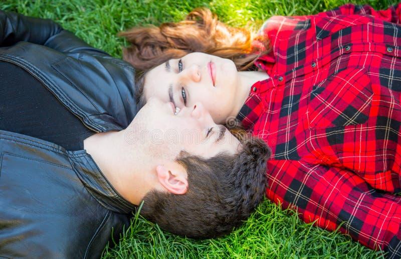 Chłopiec i dziewczyna na trawie fotografia royalty free