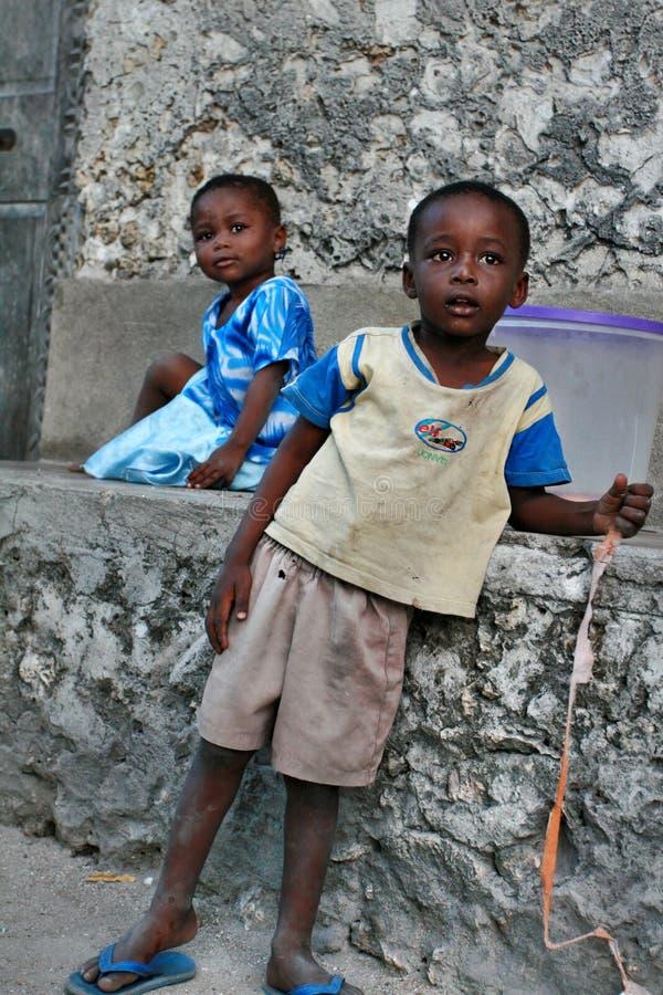 Chłopiec i dziewczyna od wioski rybackiej bawić się outdoors obraz royalty free