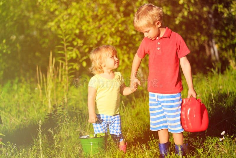 Chłopiec i dziewczyna pracuje w ogródzie zdjęcia stock