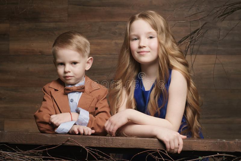 Chłopiec i dziewczyna pracuje w ogródzie, dzieciaków zbierać obrazy royalty free