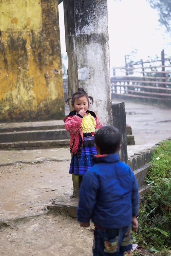 Chłopiec i dziewczyna w żakiecie bawić się blisko ulicy w kota kota wiosce zdjęcie royalty free