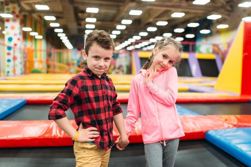Chłopiec i dziewczyna w children rozrywki centrum fotografia royalty free