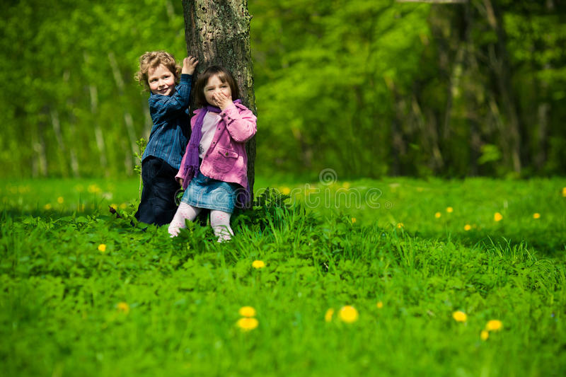 Chłopiec i dziewczyna w parku fotografia royalty free
