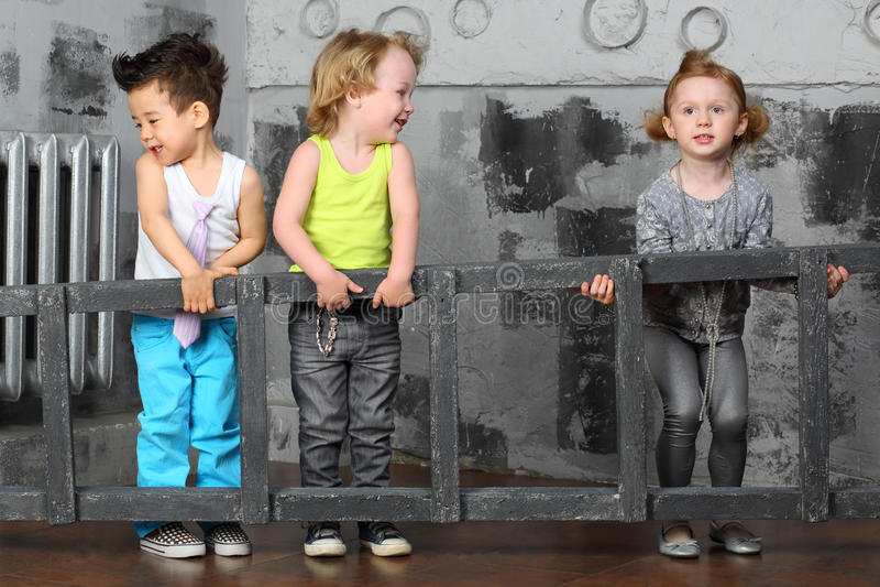 Chłopiec i dziewczyna wpólnie niosą drewnianych schodki obraz royalty free