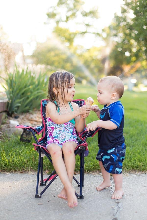 Chłopiec i dziewczyny łasowania lody zdjęcie royalty free