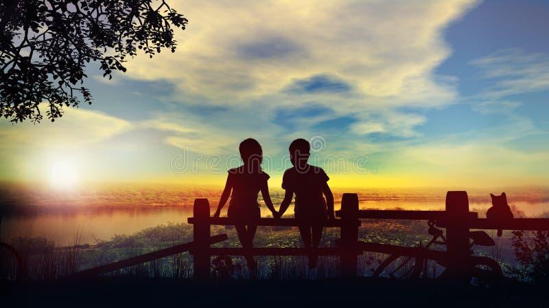 Chłopiec i dziewczyny chwyta ręki przeciw tłu lato zmierzch na rzece zdjęcia royalty free