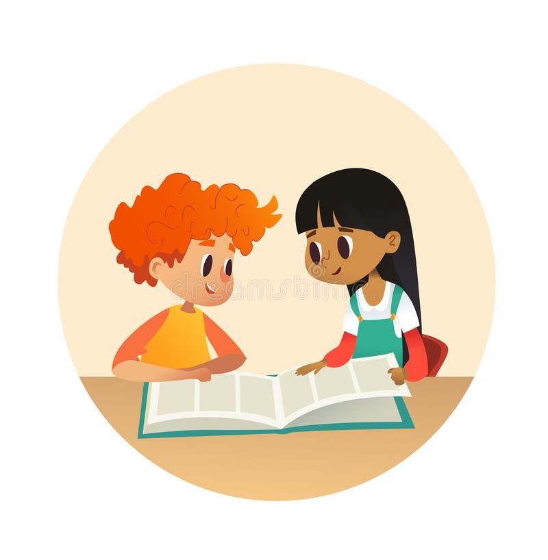 Chłopiec i dziewczyny czytelnicza książka i opowiadać each inny przy szkolną biblioteką Szkoła dzieciaki dyskutuje opowieść w rou royalty ilustracja