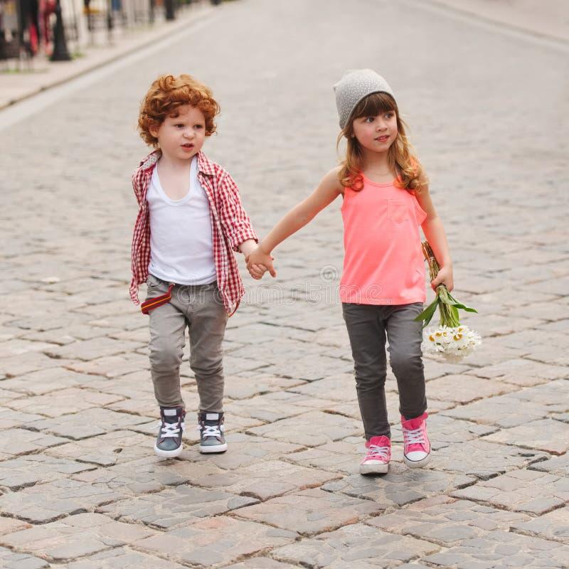 Chłopiec i dziewczyny odprowadzenie na ulicie obrazy royalty free