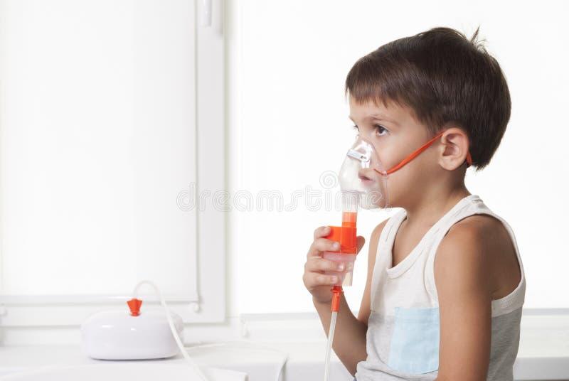 Chłopiec i inhalator fotografia royalty free