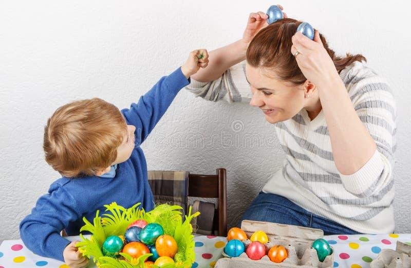 Chłopiec i jego matkujemy być szczęśliwi o selfmade Wielkanocnych jajkach obrazy royalty free