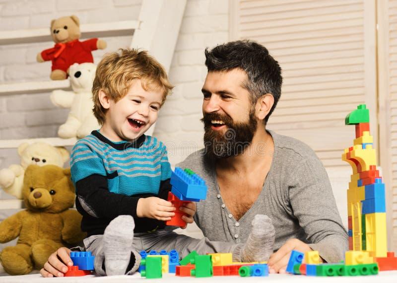 Chłopiec i mężczyzna sztuka wpólnie Tata i dzieciak z zabawkami zdjęcie stock