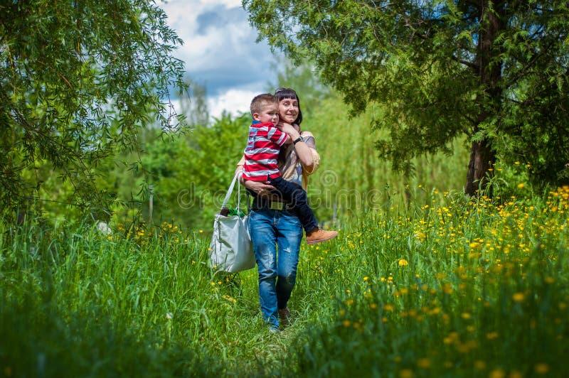 Chłopiec i matka w zielonej trawie obraz stock