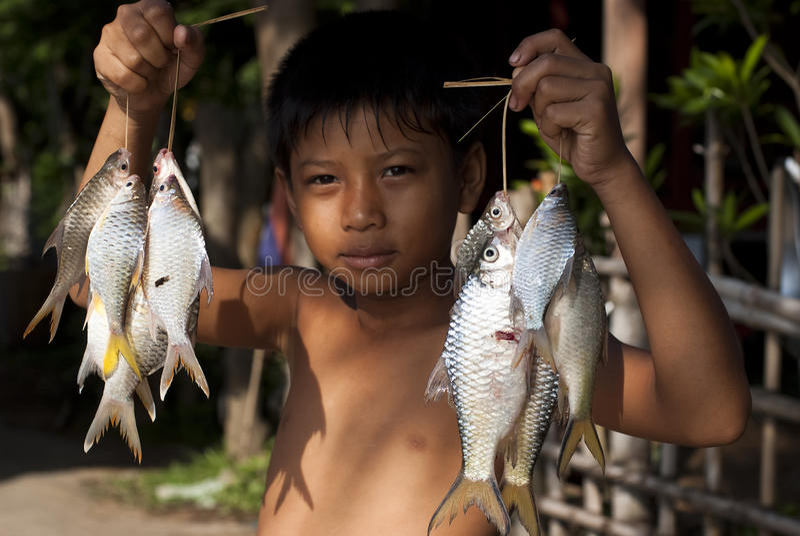 Chłopiec i ryba zdjęcia stock