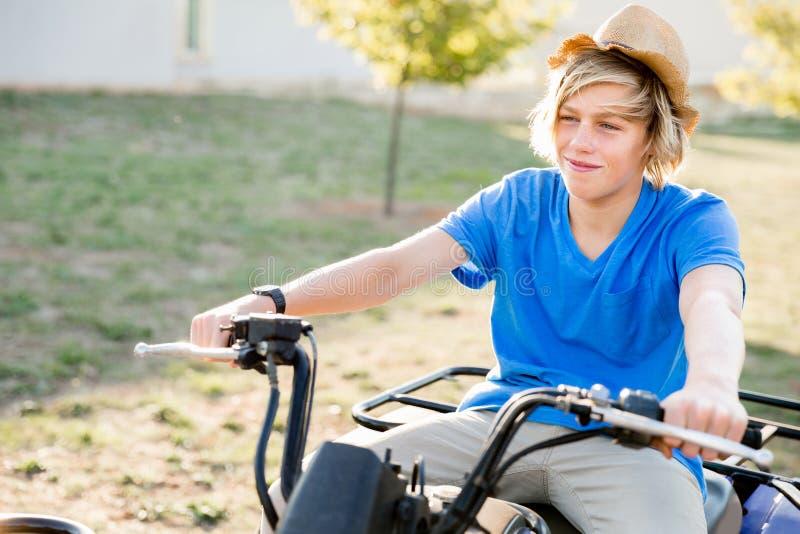 Chłopiec jazdy gospodarstwa rolnego ciężarówka w winnicy zdjęcie royalty free