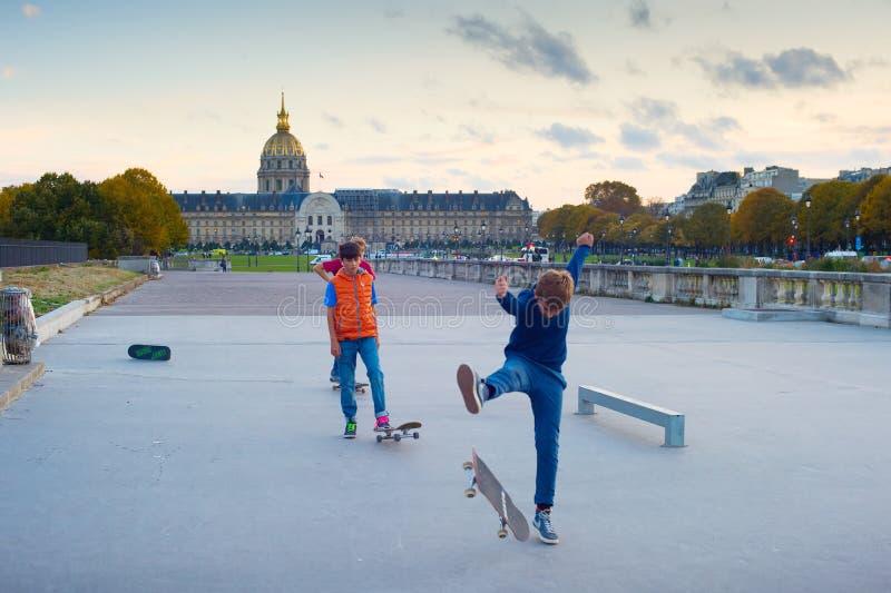 Chłopiec jeździć na łyżwach w Paryskim śródmieściu obrazy stock