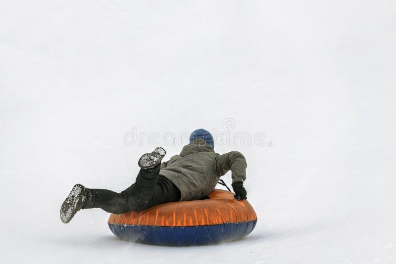 Chłopiec jeździecka śnieżna tubka obraz royalty free