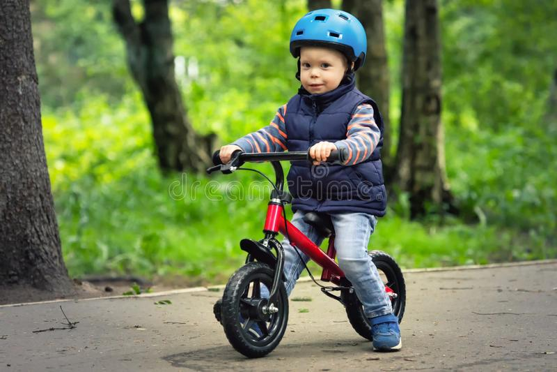 Chłopiec jeździecki runbike w parku obrazy royalty free