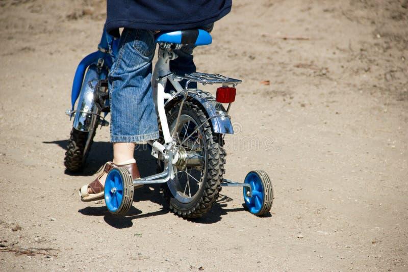 Chłopiec jedzie przy Bicyklem zdjęcia royalty free