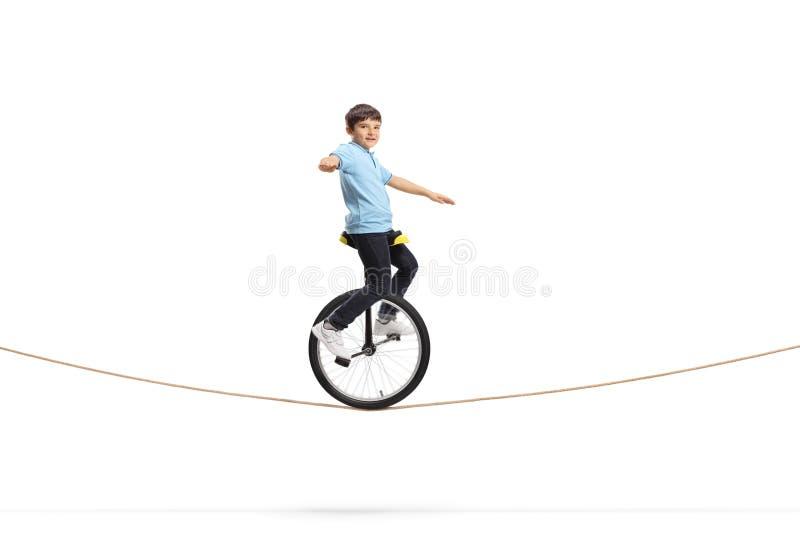 Chłopiec jedzie unicycle na arkanie zdjęcia stock
