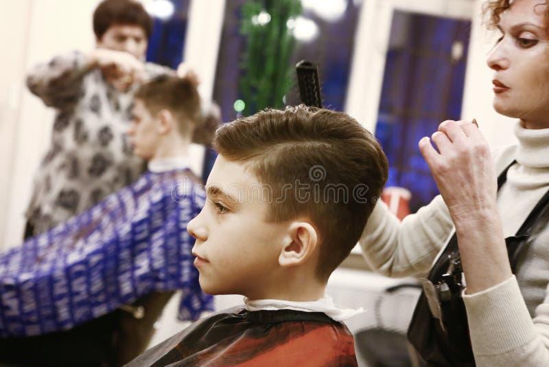 Chłopiec jego włosy ciącego w fryzjera męskiego sklepu mężczyzna pokoju obrazy royalty free