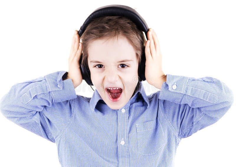 Chłopiec jest krzycząca gdy słucha muzyka zdjęcie royalty free