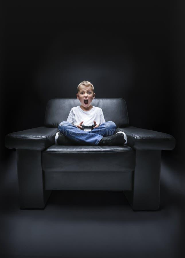 Chłopiec jest krzycząca z kontrolerem obrazy stock