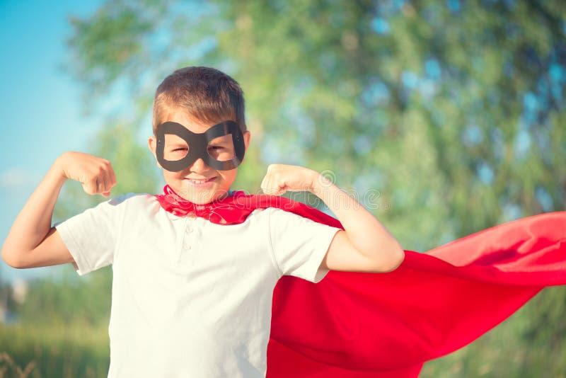 Chłopiec jest ubranym bohatera kostium zdjęcie royalty free
