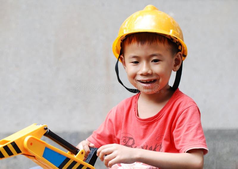 Chłopiec jest ubranym hełm obraz royalty free