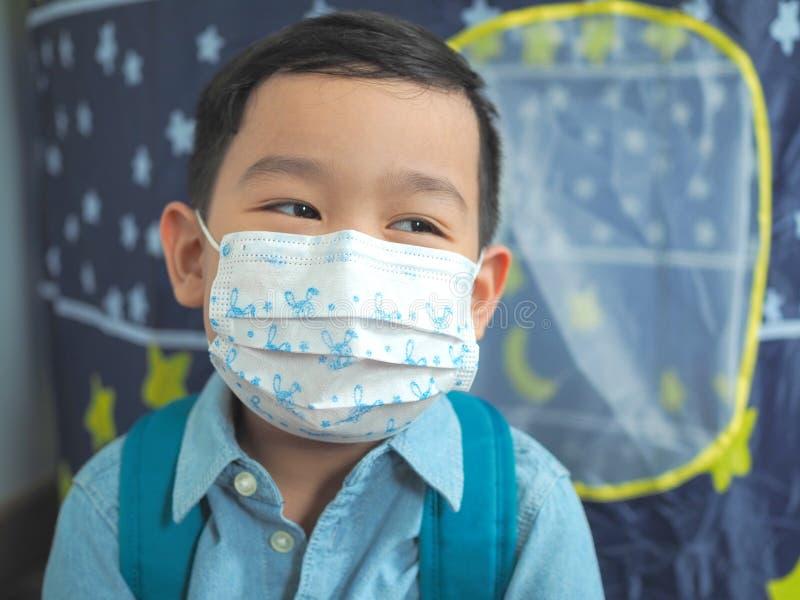 Chłopiec jest ubranym ochronnej maski ochronę fotografia stock