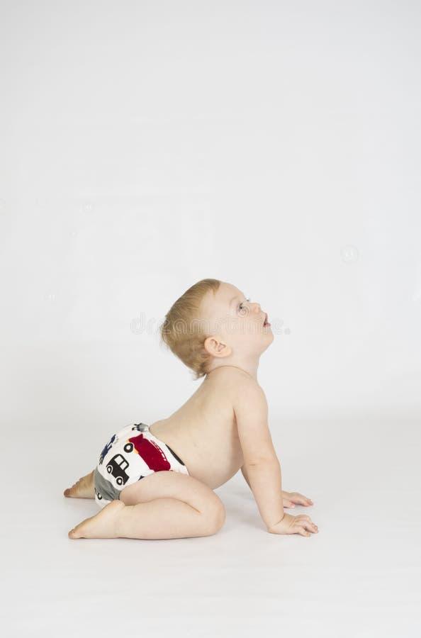 Chłopiec jest ubranym sukienną reusable pieluchę fotografia stock