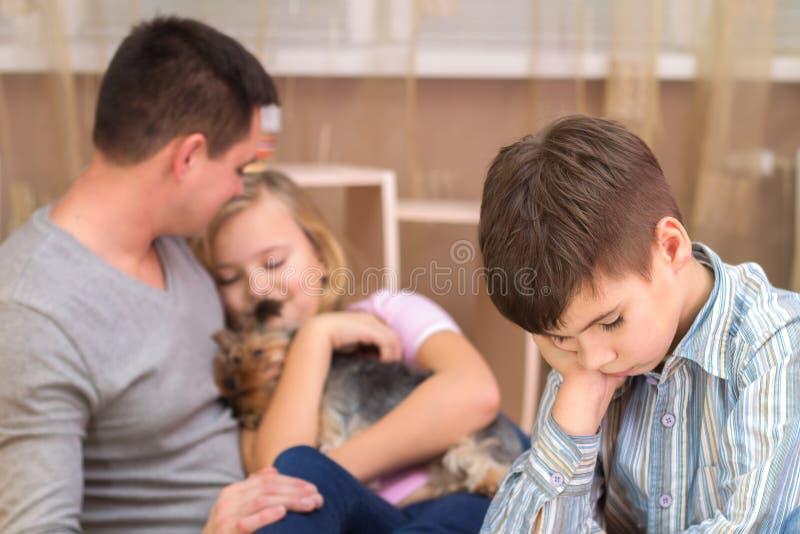 Chłopiec jest z zazdrością jego ojca ` s siostra i smutna obrazy stock