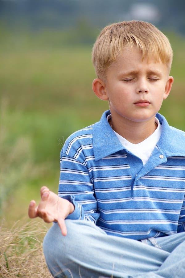 chłopiec jogowie zdjęcie royalty free