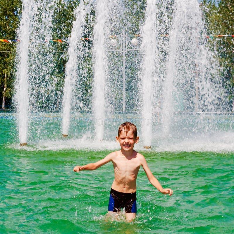 Chłopiec kąpać w fontannie obraz royalty free