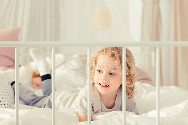 Chłopiec kłaść na łóżku zdjęcia royalty free