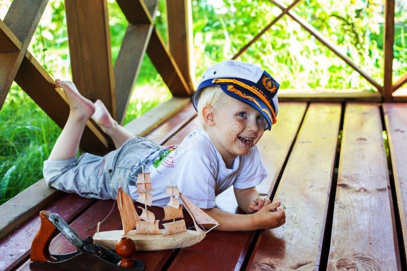 Chłopiec kapitanu uśmiechu radości zabawy śliczny śmiać się zdjęcie stock