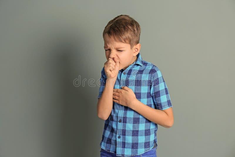 Chłopiec kasłać obrazy stock