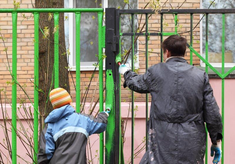 chłopiec koloru barwidła ojca ogrodzenia zieleń zdjęcia royalty free
