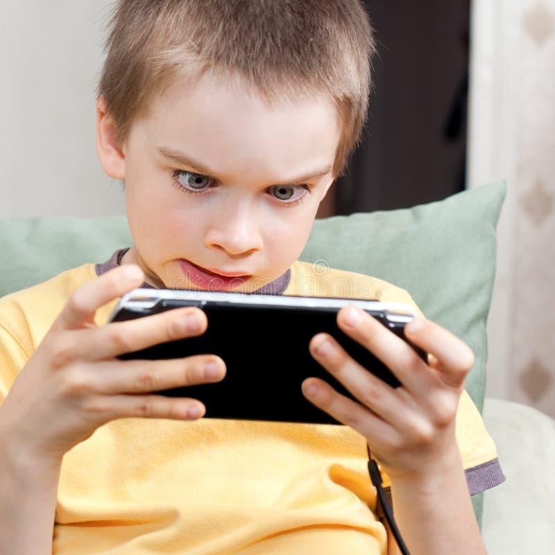 chłopiec konsoli gemowy bawić się obraz royalty free