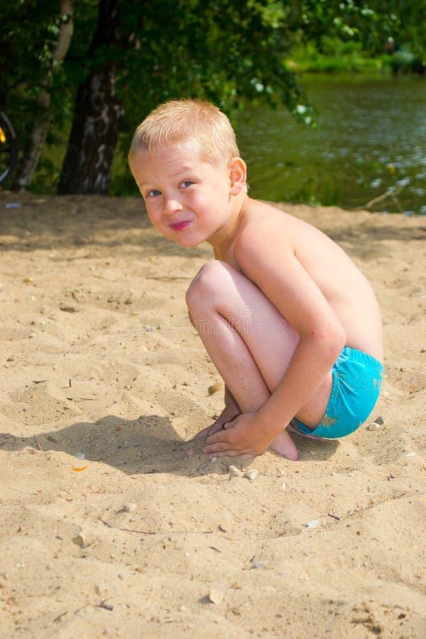 Chłopiec kopiący piasek fotografia royalty free