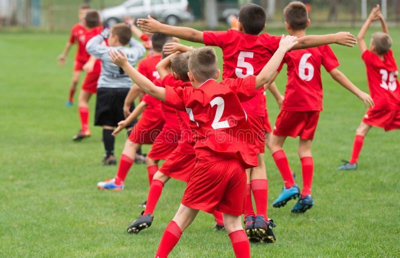 Chłopiec kopie piłkę obraz royalty free