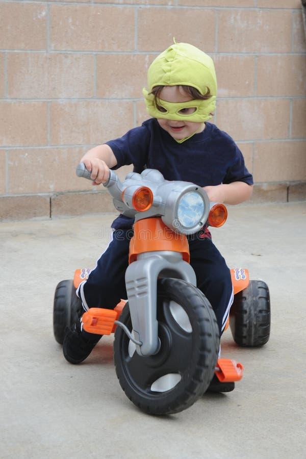 chłopiec kostiumu bawić się obrazy stock